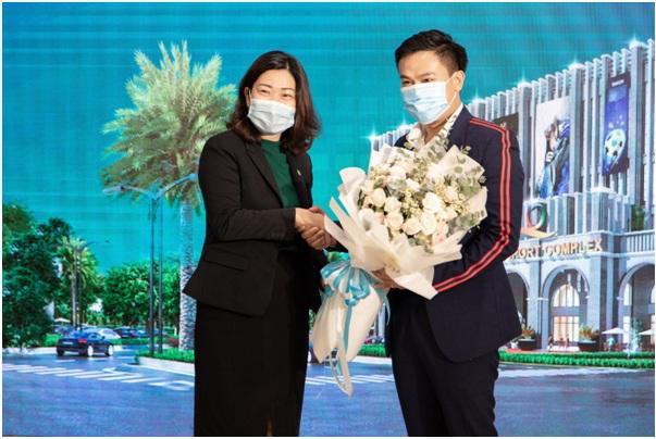Đại diện dự án Aqua City (trái) trao hoa và bắt tay hợp tác cùng với đại diện Citigym (phải).