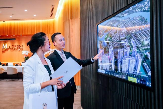 Các khách hàng tới tham quan khu căn hộ mẫu của Masteri Centre Point tại Quận 2
