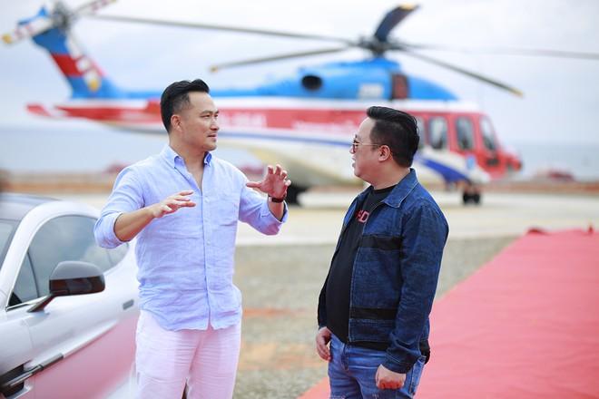 Trước đó, diễn viên Chi Bảo và MC Tùng Leo cũng đã có chuyến trải nghiệm thú vị bằng máy bay trực thăng tại NovaWorld Phan Thiet.