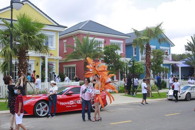 """Hành trình """"Trải nghiệm sắc màu second home biển"""" chính thức bắt đầu khi khách hàng được đưa đi tham quan các biệt thự mẫu phong cách Florida (Mỹ) tại NovaWorld Phan Thiet."""
