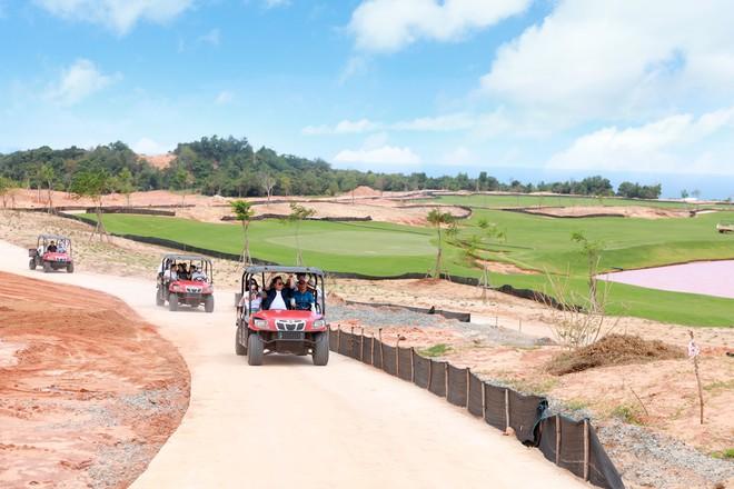 Sau khi rời biệt thự mẫu, đoàn xe đưa khách tới cụm sân golf 36 hố PGA độc quyền tại Việt Nam đang dần được hoàn thiện (sân golf PGA Ocean dự kiến đi vào hoạt động cuối năm 2020).