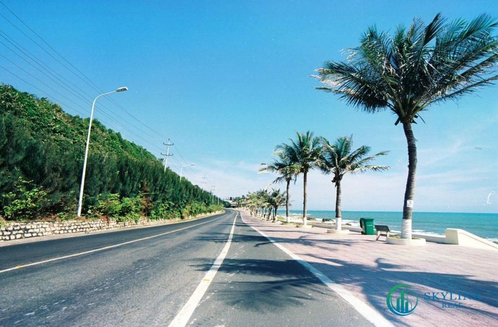 Phan Thiết là địa điểm thu hút khách du lịch nhờ bãi biển đẹp, bờ cát trắng và khí hậu nắng ấm quanh năm