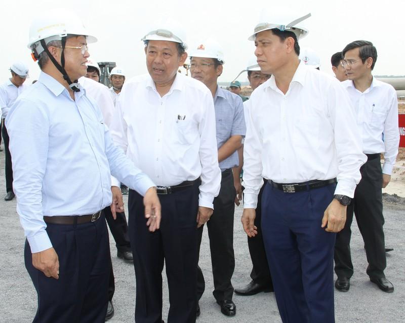 Chủ tịch UBND tỉnh Đồng Nai Cao Tiến Dũng báo cáo Phó Thủ tướng Trương Hòa Bình và Thứ trưởng Bộ GTVT Nguyễn Ngọc Đông về dự án tái định cư sân bay Long Thành.
