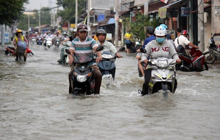 Ngập nướcdo triều cường trên đường Lê Văn Lương, xã Phước Kiển, Nhà Bè.
