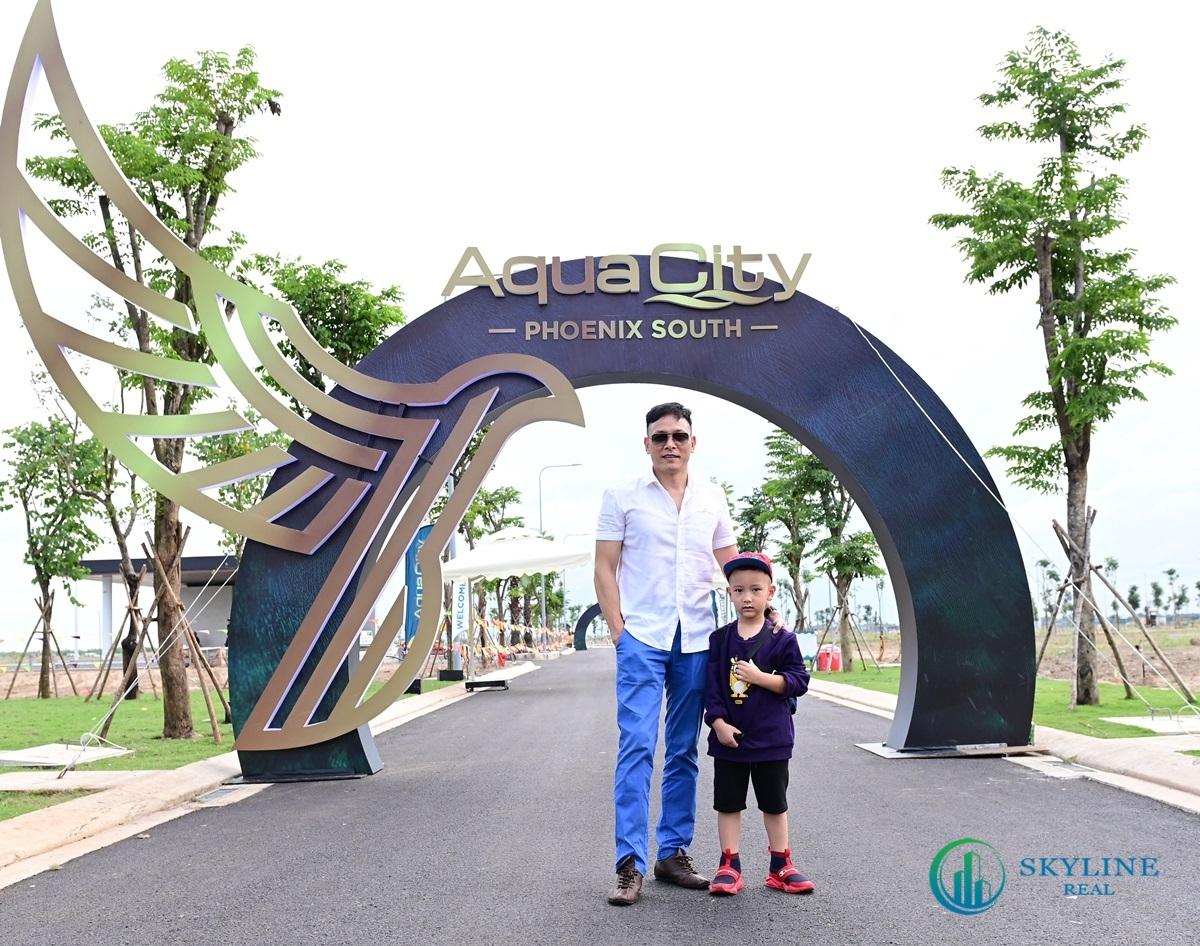 Đạo diễn Quang Hải cùng với con trai đi tham quan đảo Phượng Hoàng Aqua City