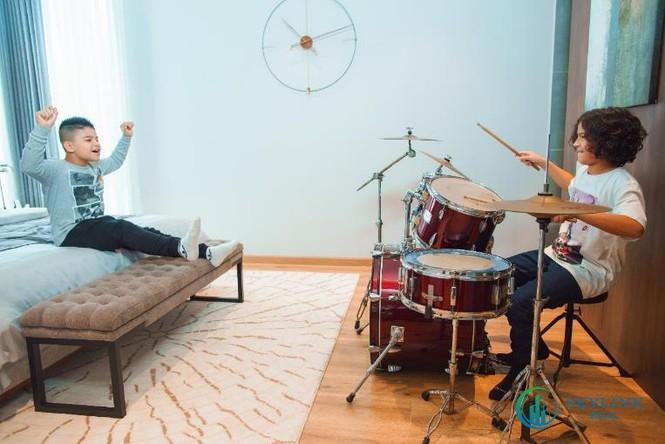 Hai con trai của vợ chồng Kesley Huỳnh, Kelvin (phải), Kaylan (trái) có thể thể hiên đam mê và sở thích ngay trong phòng ngủ của mình.