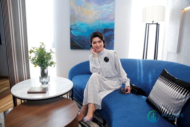 Nữ ca sĩ Hồng Nhung tỏ ra rất thích thú trước biệt thự hiện đại của Aqua City