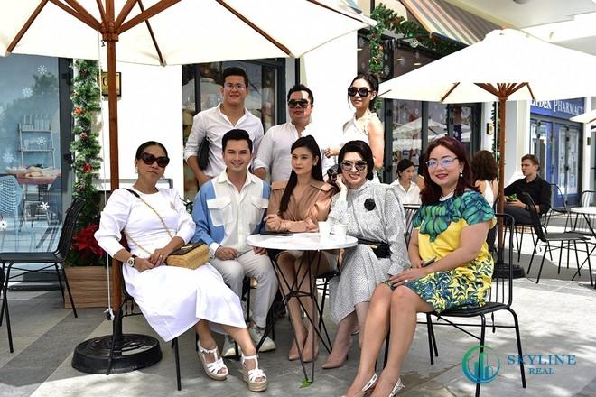 NTK Thanh Huỳnh (áo trắng ngoài cùng bên trái) đến tham quan không gian sống tương lai tại Aqua City