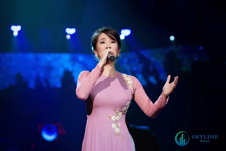 nữ ca sĩ Hồng Nhung trong Chuỗi hoạt động nghệ thuật đặc biệt tri ân khách hàng của Novaland
