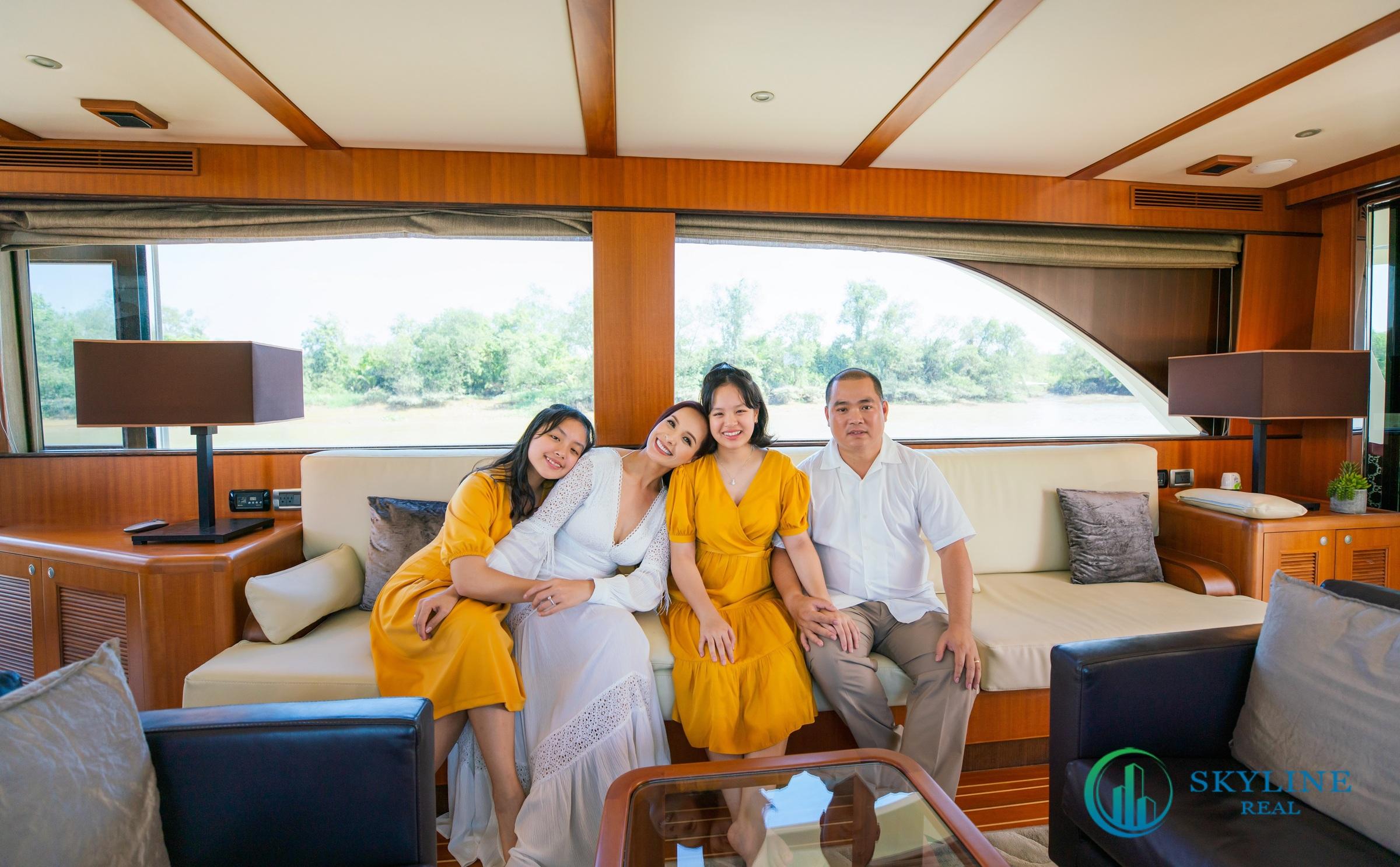 Gia đình Thuý Hạnh rạng rỡ với bộ ảnh Tết tại Aqua City