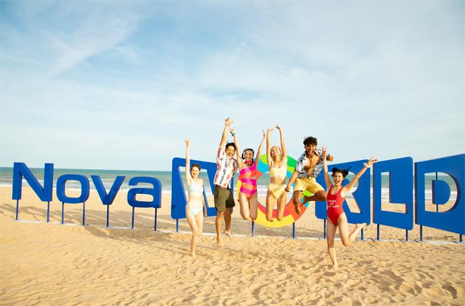Tiểu Vy và bạn bè khám phá bãi biển Bikini Beach.