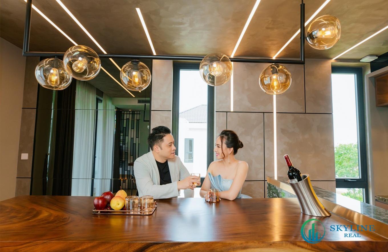 Victor Vũ và vợ trong chuyến đi tham quan dự án khu đô thị sinh thái Aqua City đầu tháng năm 2021