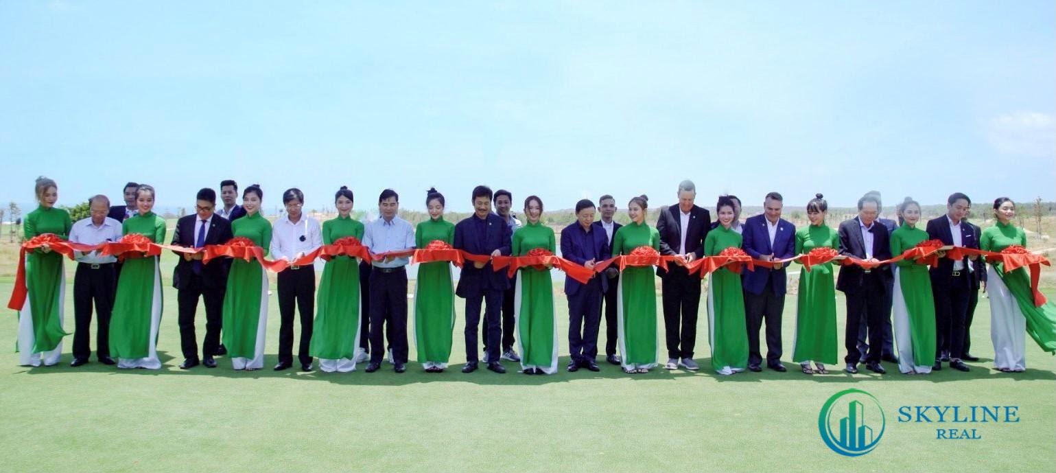 Đại diện Ban lãnh đạo Novaland và các khách mời cắt băng khai trương sân Golf PGA Ocean