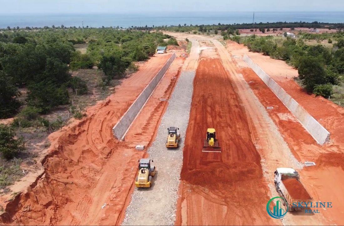 """Cùng cao tốc, sân bay Phan Thiết sẽ tạo """"cú hích"""" cho thị trường bất động sản địa phương. (Ảnh thi công đoạn đường dẫn vào sân bay Phan Thiết)"""