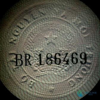 Sổ hồng thật – Hình dấu được in lòi ra và rõ ràng nội dung là hình Quốc hiệu Việt Nam, mã số hiệu được in giữa tâm Quốc Hiệu.