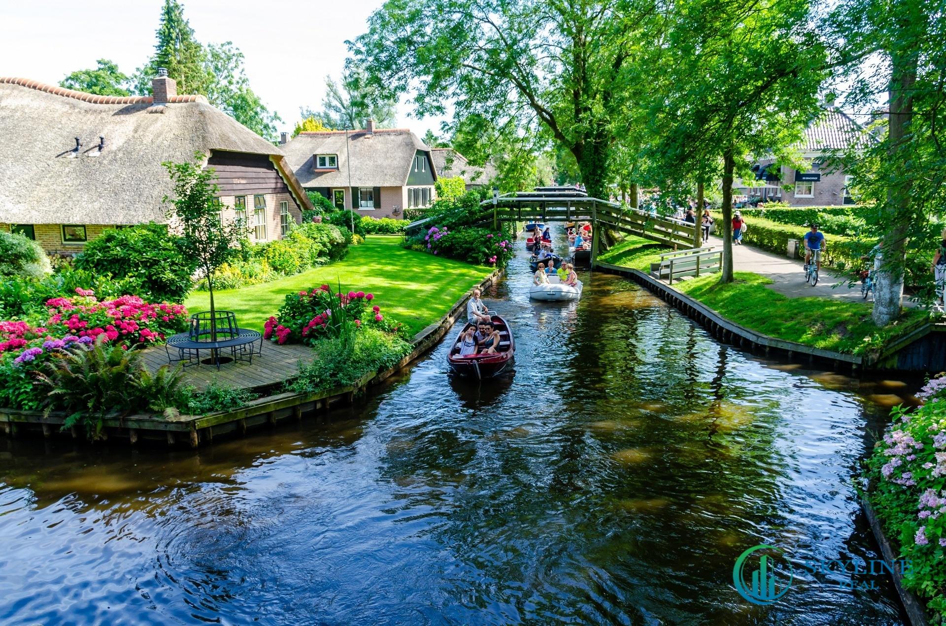 Dòng kênh Lagoon uốn quanh ngôi làng Giethoorn tại Hà Lan.